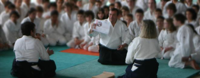 Jean-Luc Fontaine remettant des diplômes aux enfants (Hauteville, 2012)